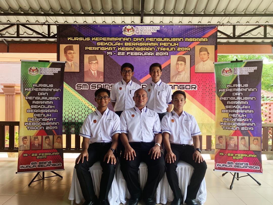 Zawir Zakwan bin Sahmsul Anuar mendapat peserta terbaik rumah Rahman (Kuning) ketika Kursus Kepemimpinan dan Pengurusan Asrama Sekolah Berasrama Penuh Peringkat Kebangsaan 2019.Tahniah dan syabas!