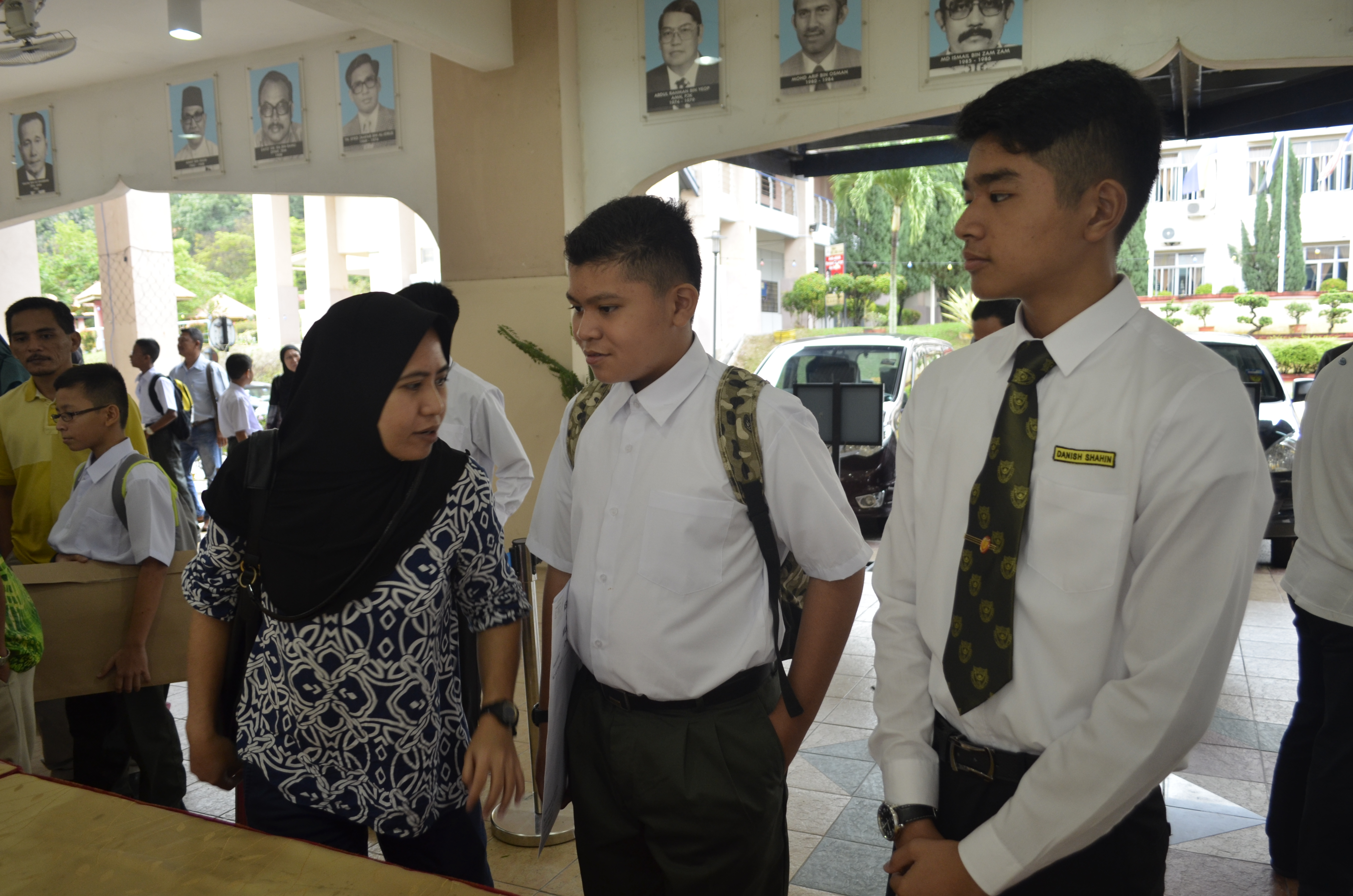 SUNGAI GADUT, SEREMBAN - Scores of new, bright minded faces filled the foyer hall as the latest addition to our prestigious school registered early in the morning. With the help of the teachers and selected students, the registration went smoothly.