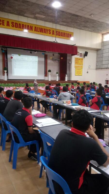 Penceramah menyampaikan maklumat kepada pelajar
