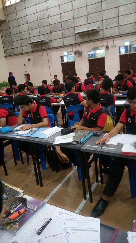 Pelajar khusyuk mendengar penerangan daripada penceramah