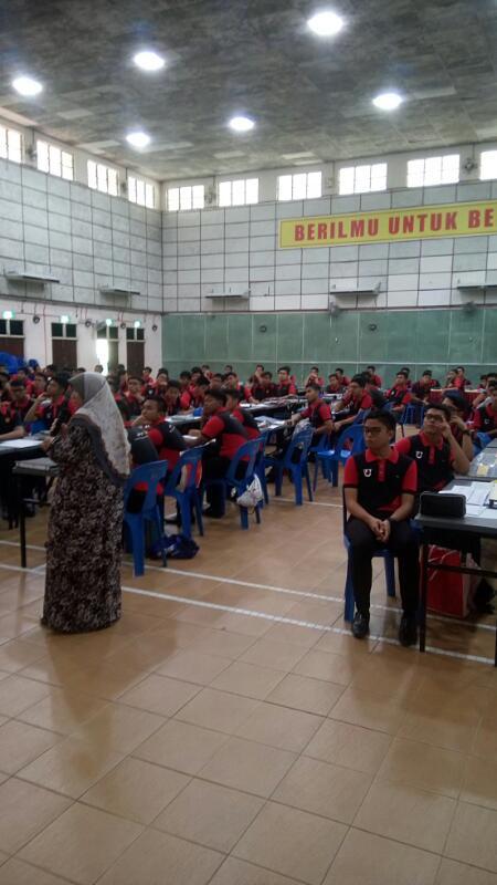 Sesi perkongsian bahan - penceramah dan pelajar
