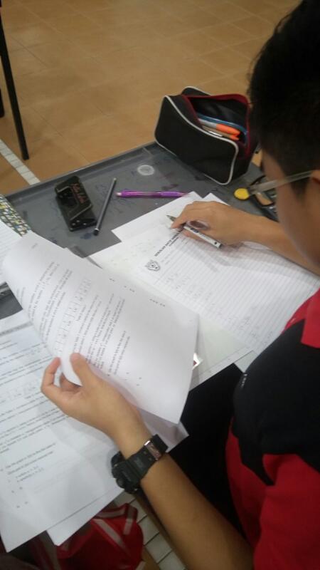 Pelajar cuba menyelesaikan latihan yang disediakan